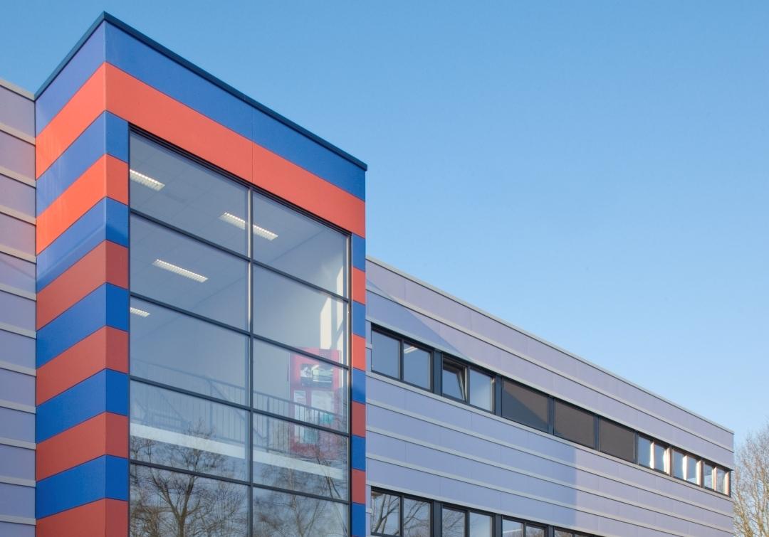 Gevelbekleding: Steni-beplating schoolgebouw